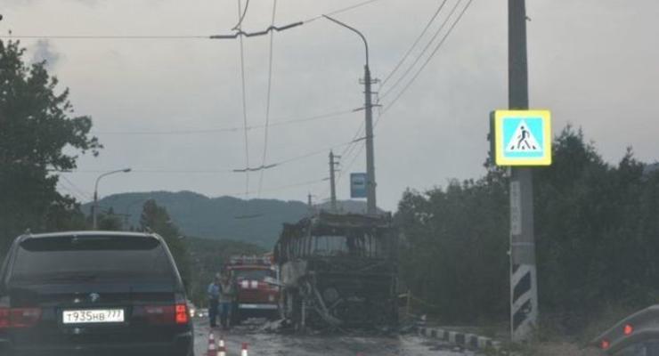 На трассе в Крыму вспыхнул автобус с детьми