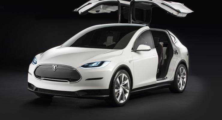 Tesla Model X с работающим автопилотом попала в ДТП
