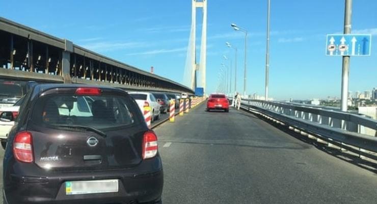 Огромные пробки образовались у Южного моста в Киеве