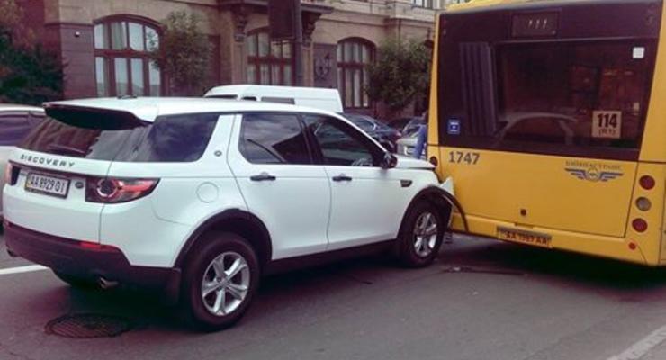 В Киеве Land Rover Discovery врезался в автобус