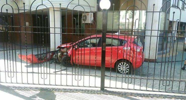 В Харькове иностранец на Ford протаранил налоговую