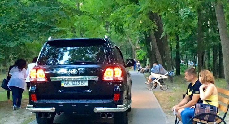 В Киеве машина с депутатскими номерами колесила по пешеходной зоне парка