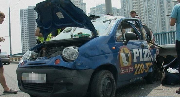 В Киеве микроавтобус перевернул Matiz