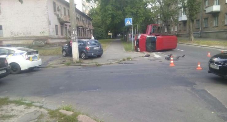 В Киеве на улице Депутатской перевернулся автомобиль