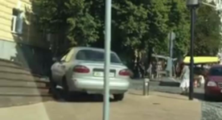 В Киеве Daewoo проехался по ступенькам Андреевской церкви