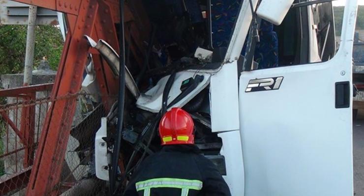 Автобус врезался в опору моста на Прикарпатье