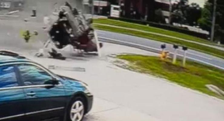 В США водитель выжил в жутком ДТП с несколькими переворотами