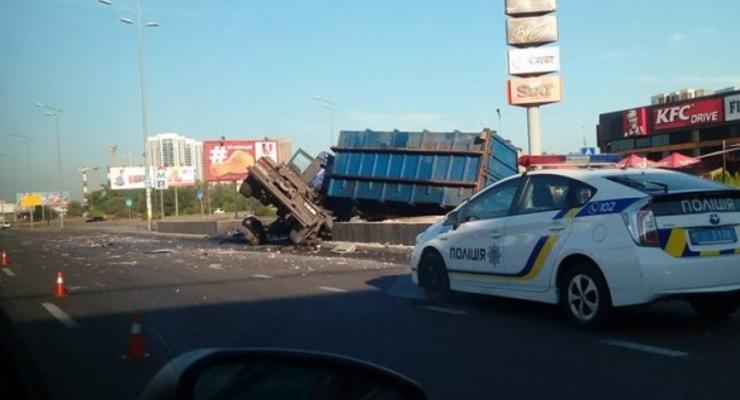 В Киеве на подъезде к Южному мосту перевернулась фура