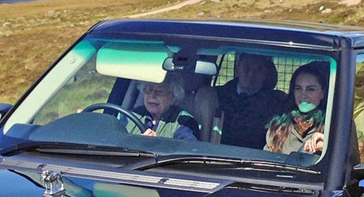Королева Елизавета II в 91 год прокатилась за рулем Range Rover