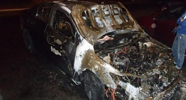 На Троещине из-за огня пострадали три авто