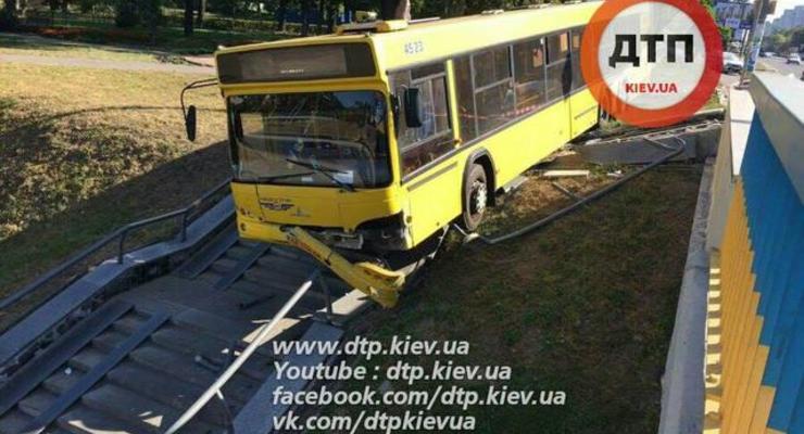 В Киеве автобус с пассажирами чуть не слетел с моста