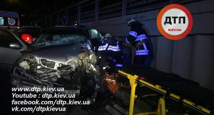 Жуткое ДТП в Киеве: легковушка протаранила мусоровоз