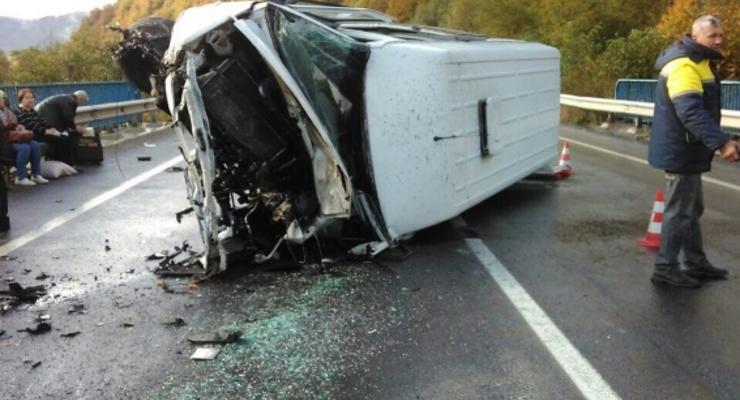 На Закарпатье микроавтобус влетел в отбойник, пять человек попали в больницу