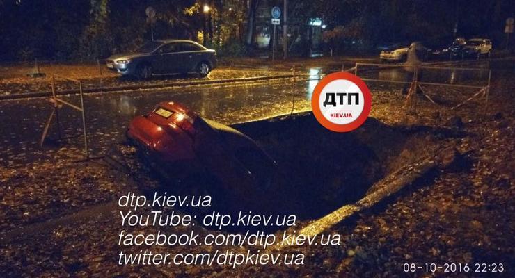 В Киеве автомобиль провалился в яму в асфальте