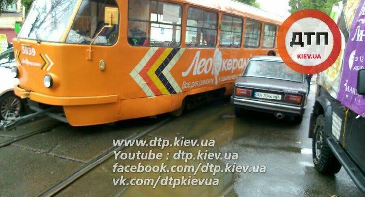 В Киеве трамвай сошел с рельс и врезался в автомобиль