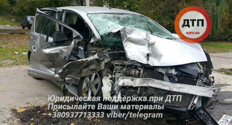 """Лобовое ДТП в Киеве: """"подрезанный"""" Nissan разбился об Audi"""
