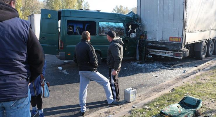 Ужасное ДТП в Днепре: маршрутка на скорости протаранила фуру