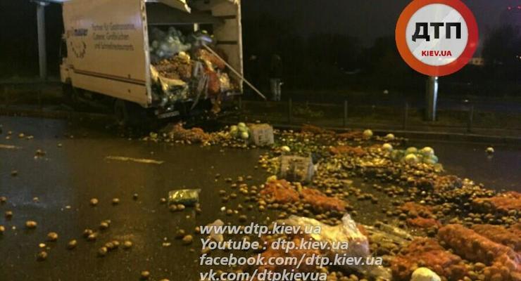 В Киеве из-за ДТП проспект Бажана засыпало овощами