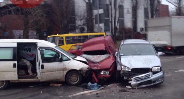 Тройное ДТП в Киеве: виновник скрылся с места происшествия