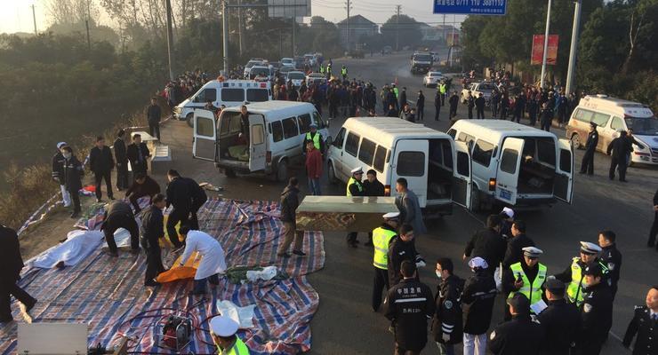 В Китае автобус упал в озеро, погибли практически все пассажиры