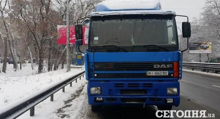 В Киеве фура снесла остановку, пострадали 10 человек