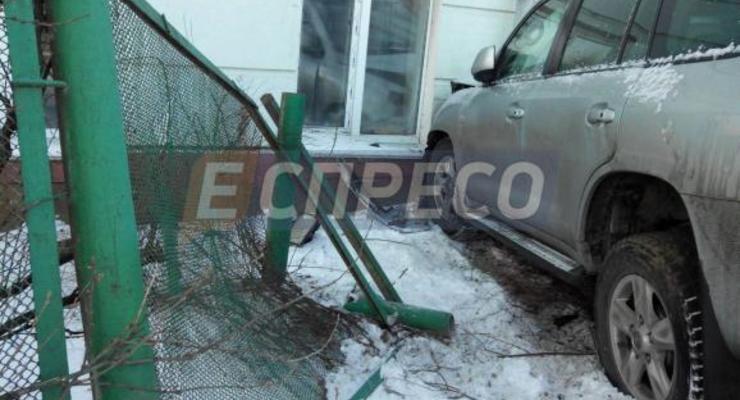В Киеве женщина на Тойоте снесла забор возле школы