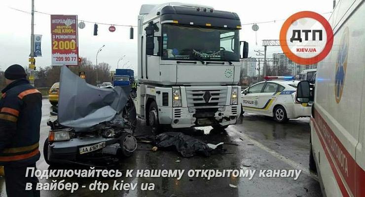 В Киеве фура протаранила Таврию, водитель погиб на месте
