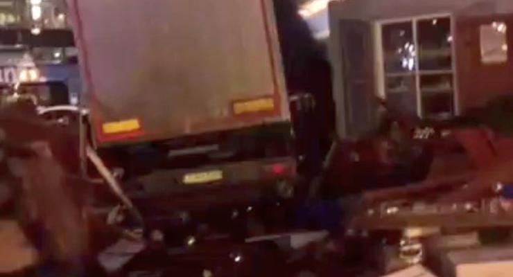 Появилось видео с места трагедии в Берлине, где грузовик давил людей