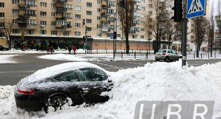 """Киевские коммунальщики """"похоронили"""" под снегом Porsche"""