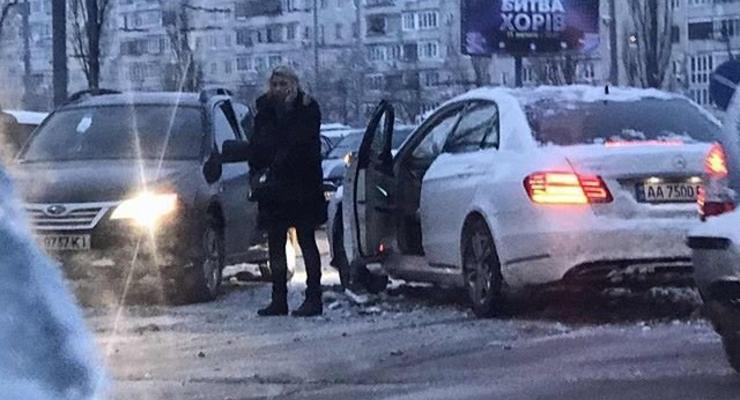 Киевлянка на Мерседесе разбила две машины, выезжая со двора