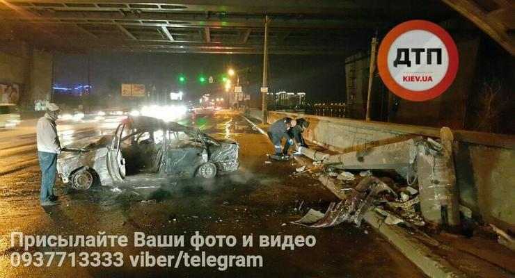 Жуткое ДТП в Киеве: автомобиль снес столб и взорвался