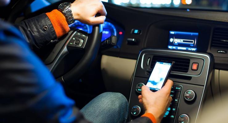 Эксперты узнали, как часто водители пользуются телефонами за рулем