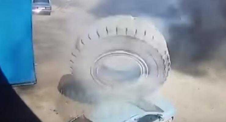 В России огромное колесо раздавило легковушку
