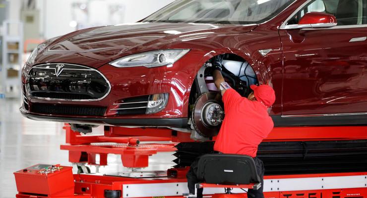 Переработки, травмы и минимальная зарплата: как работают на заводе Tesla