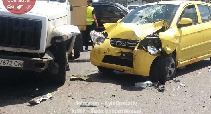 В Киеве девушка на легковушке влетела в грузовик
