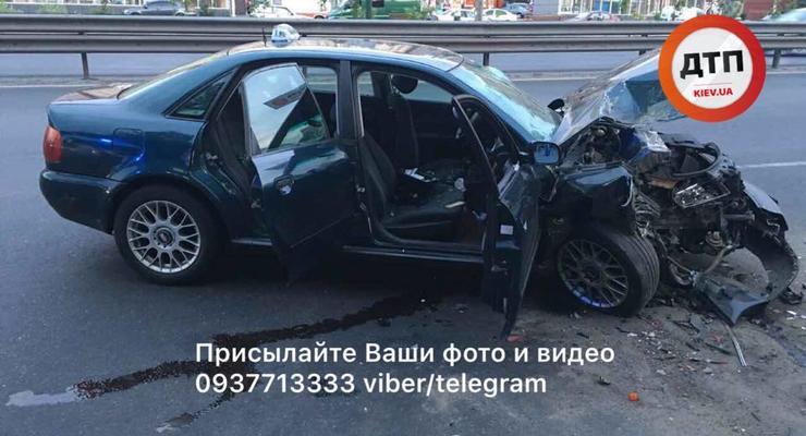 В Киеве таксист с пьяными девушками врезался в маршрутку