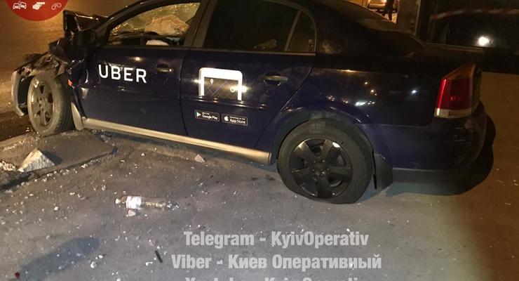 В Киеве таксист Uber протаранил маршрутку и остановку