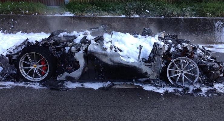 Редкий суперкар Ferrari сгорел на автобане