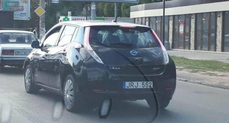 В Украине заметили Nissan Leaf на литовских номерах