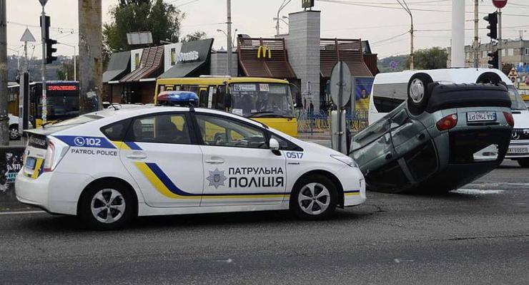В Киеве автомобиль перевернулся на крышу, движение троллейбусов парализовано