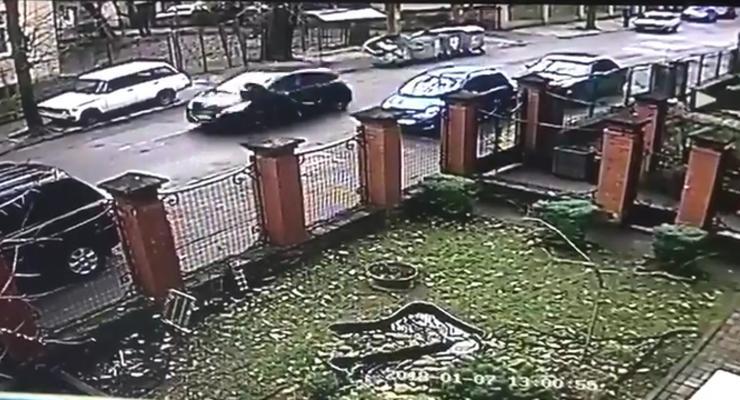"""Появилось видео, как львовянка """"катала"""" полицейского на капоте"""