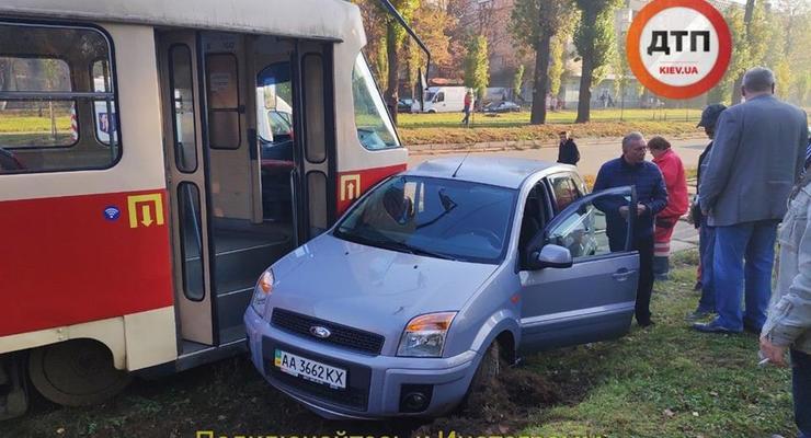 В Киеве Ford влетел в трамвай - есть пострадавшие