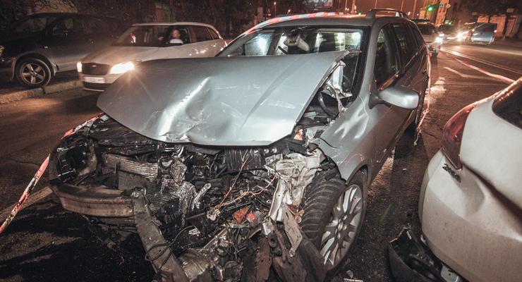 В Киеве на Подоле столкнулись сразу три машины: Есть пострадавшая