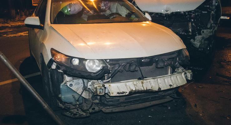 """Гололед в Киеве: Renault протаранил """"выскользившую"""" на дорогу Honda"""