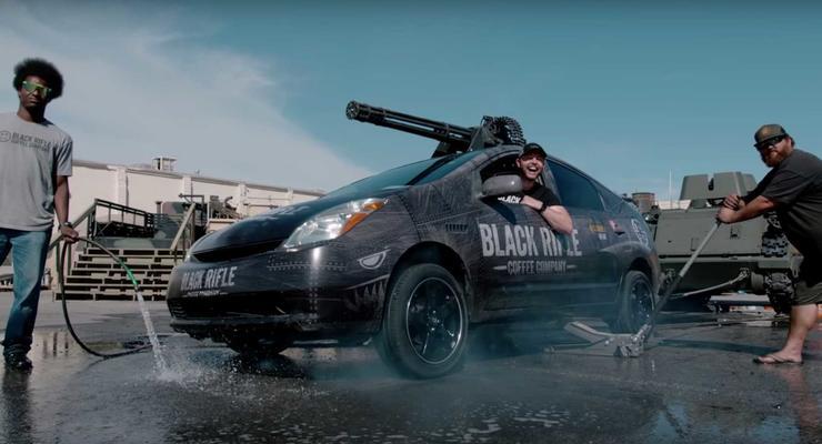 Prius для Терминатора: Гибридную Toyota тюнинговали в танк с авиапушкой