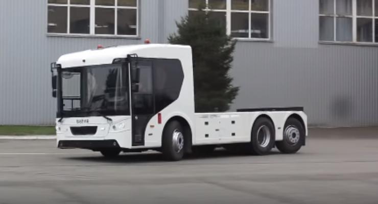 Подруливают задние колеса: Крутой электрогрузовик Богдан показали в действии