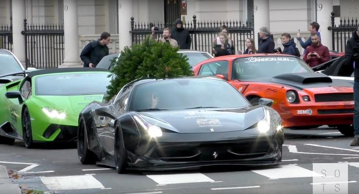 В Лондоне засняли суперкар Ferrari на украинских номерах с... огромной елкой
