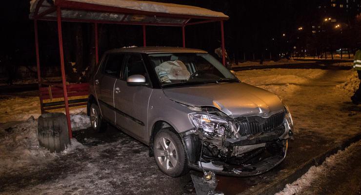 В Киеве после лобового ДТП машину отбросило прямо в автобусную остановку