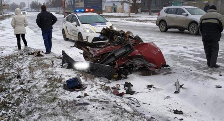 ВАЗ разорвало на части после удара о грузовик - полиция ищет свидетелей