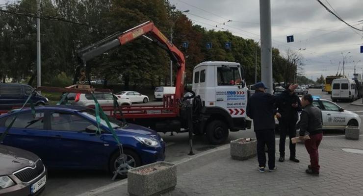 На дороги Киева вернулись эвакуаторы - машины стали забирать на штрафплощадки